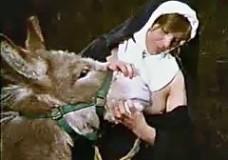 Thủ dâm với động vật, bắt con vật bú vú liếm lồn