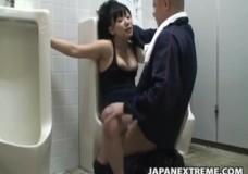 Lao công hiếp dâm cô gái trong toilet công cộng