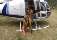 Phi công trẻ lái máy bay quý bà giữa rừng hoang